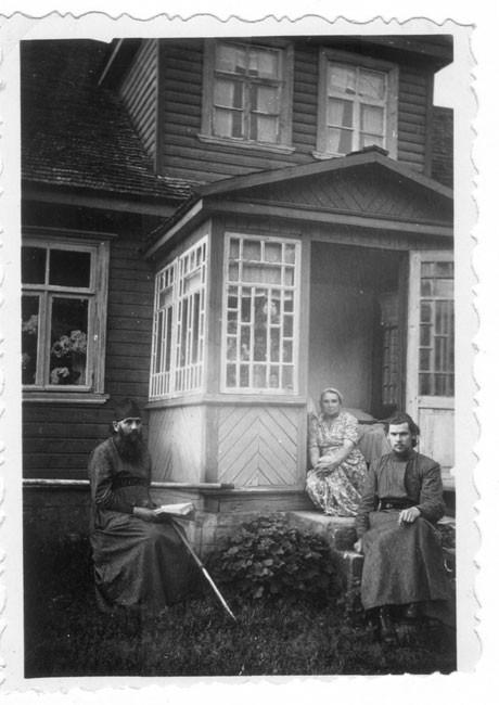 Патриарх Московский и всея Руси Алексий II (справа) в молодости с родителями - отцом Михаилом Ридигером и матерью Еленой Ридигер (Писаревой) (ок.1948-1955)