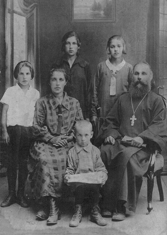 Священник Феодор Дорофеев, его супруга Александра Михайловна, их дети