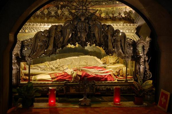 Мощи святителя Амвросия Медиоланского и мучеников Гервасия и Протасия в Медиоланском соборе Милан