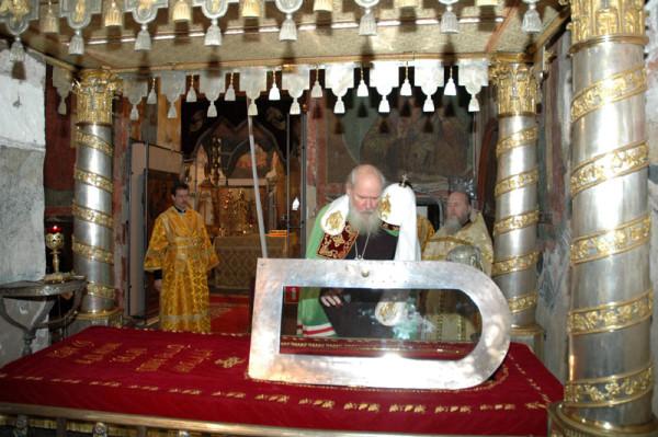 мощи святителя Петра Московского в в Успенском соборе Московского Кремля, Патриарх Алексий II совершает молебен, 2005 год