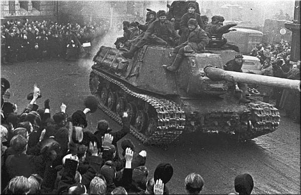 Жители польского города Лодзь приветствуют САУ ИСУ-122 1-й гвардейской танковой армии