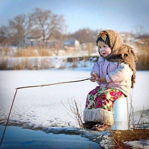 прикол девочка ловит рыбу