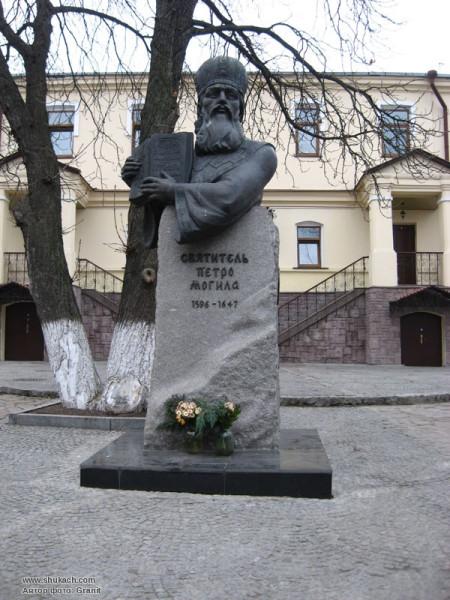 Памятник святителю Петру Могиле в Киево-Печерской Лавре