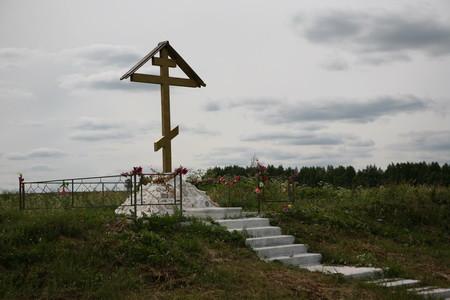 Поклонный крест на месте разрушенной Димитриевской церкви в деревне Трасна