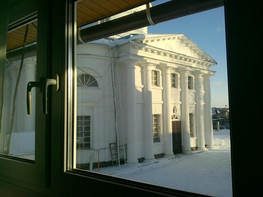 из окна гостинницы вид на храм