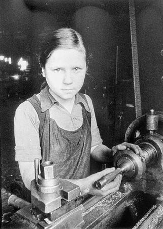 блокада Ленинграда девочка у станка
