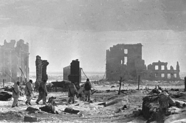 Группа советских саперов со щупами направляется на разминирование в центре разрушенного Сталинграда