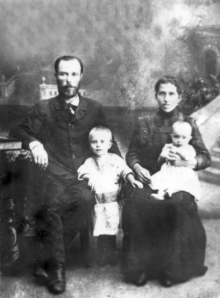 Священномученик Евфимий (Тихонравов) с супругой Татьяной и детьми