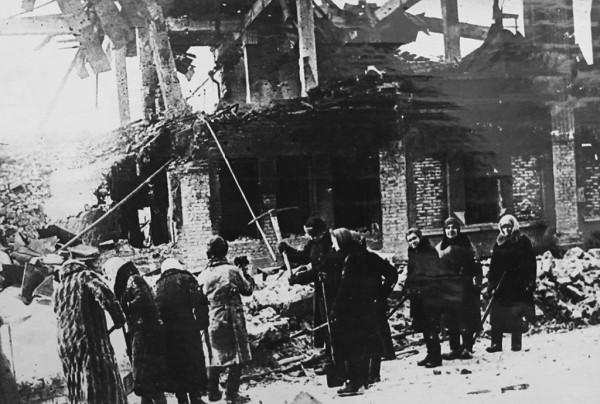 1943 год. В освобождённом Курске. Население города приводит в порядок улицы города