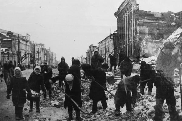 1943 год. Жители города за расчисткой развалин. Улица Ленина после освобождения от оккупантов, на переднем плане бывшее здание Госбанка