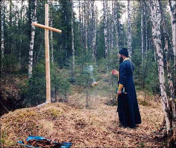 Крест, установленный на месте массового захоронения заключенных Кулойлага