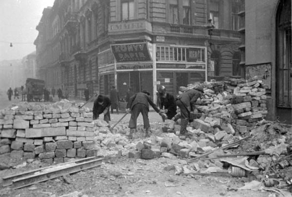 Жители Будапешта разбирают баррикады, сооруженные гитлеровцами во время уличных боев с подразделениями советских войск, освобождавшими город, фото 9 апреля 1945 года