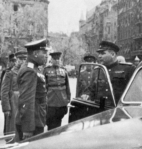 Маршал Советского Союза, командующий 2-м Украинским фронтом Родион Яковлевич Малиновский, выходя из машины на улице Будапешта, принимает доклад подчиненного