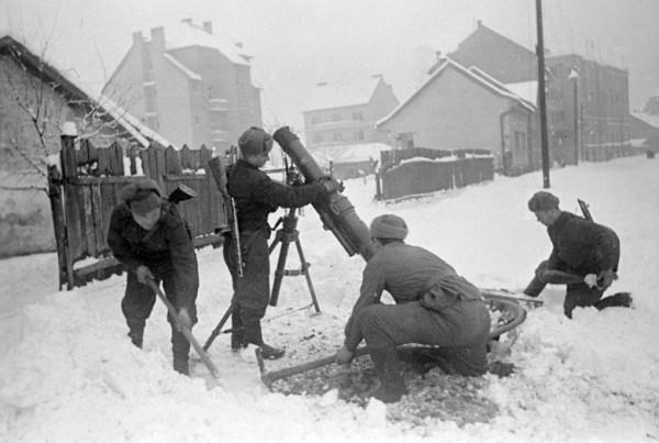 Советские минометчики устанавливают миномет на огневом рубеже в одном из районов Будапешта ,февраль 1945 года