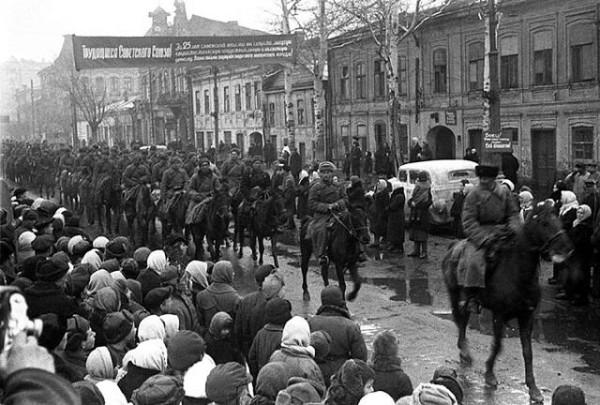 Казаки на улицах освобожденного Ростова. Февраль 1943 г.
