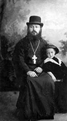 Священник Николай Кандауров с сыном Колей. 1915 год