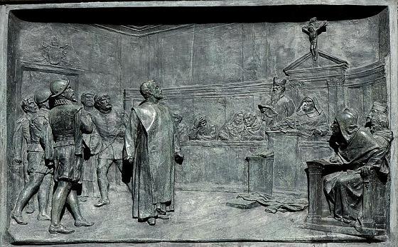 Джордано Бруно перед судом инквизиции - рельеф на постаменте памятника Джордано Бруно