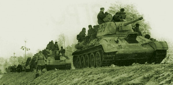 Русские танки Т-34-76 на марше