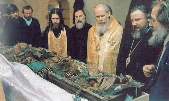 Обретение мощей патриарха Тихона в Донском монастыре. Патриарх Алексий II у мощей сятителя