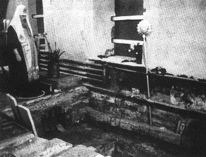Обретение мощей патриарха Тихона в Донском монастыре. Патриарх Алексий II у открытой могилы святителя