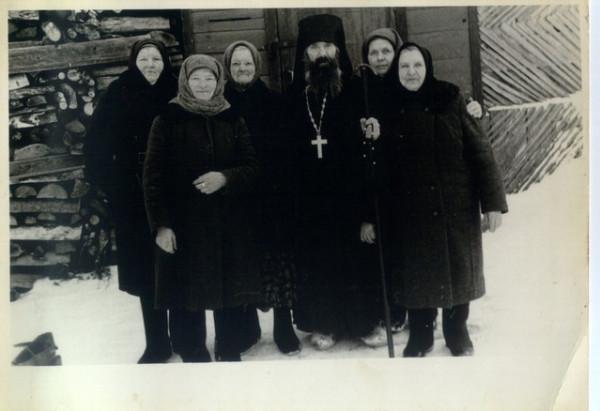 о. Павел Груздев с прихожанами
