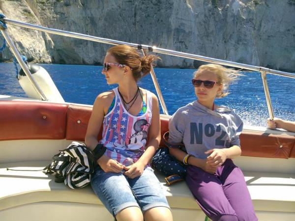 навагио дети в лодке в очках