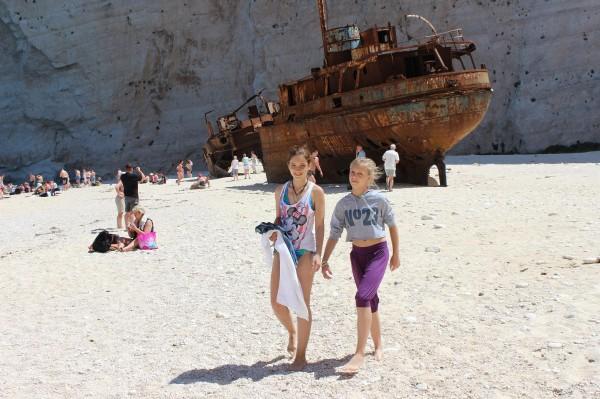 навагио пляж дети корабль