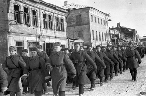 Колонна советских войск проходит по улице освобожденного Гжатска