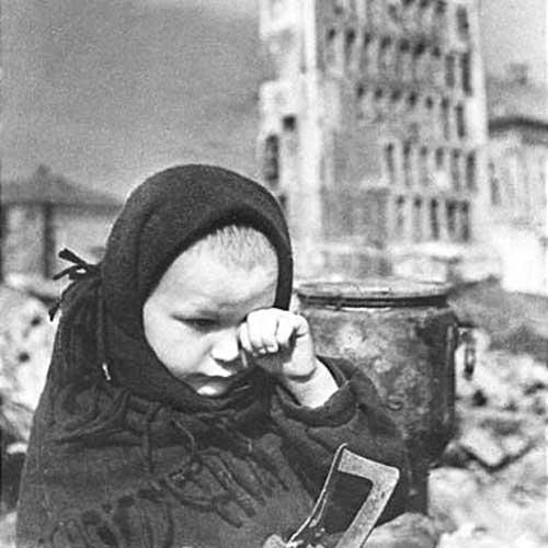 1943 год. Гжатск. Осталось совсем одна. После изгнания немцев. (Автор фото Н. Грановский).
