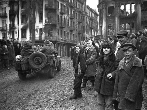 Жители Винницы встречают советских солдат-освободителей, фото март 1944 года