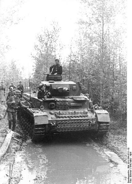 Немецкий танк PzKpfw IV на затопленной дороге в лесу, март 1942