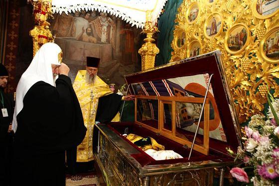 Патриарх Кирилл у раки с мощами святителя Луки Войно-Ясенецкого