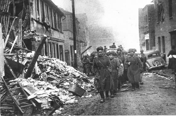 Бойцы 311-й стрелковой дивизии в немецком городе Альтдам, центре укрепленного плацдарма на правом берегу Одера, захваченном в ходе тяжелых боев 14-20 марта 1945 года