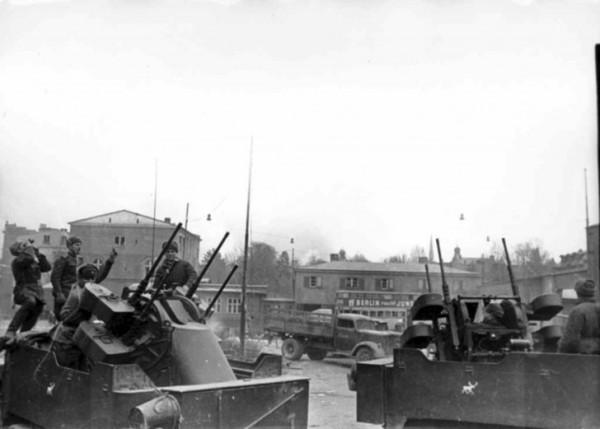 Битва за Данциг в марте 1945 года. На фото - БТР М-17 американского производства с четырьмя 12,7-мм пулеметами на 740-й зенитно-артиллерийский полк 4-го гвардейского механизированного корпуса