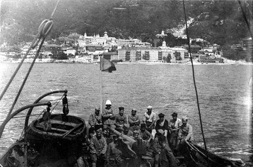 Части генерала Саррэла на корабле готовятся к высадке в монастыре вмч. Пантелеимона