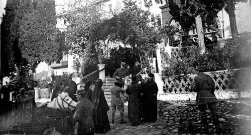 Французские боевые части у входа в Русский Монастырь