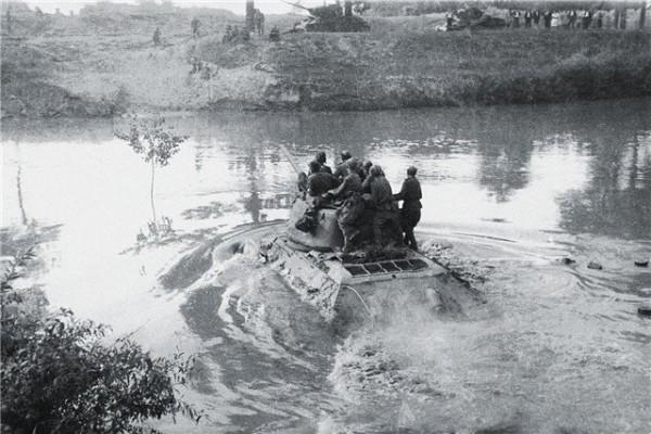 Переправа через реку Днестр танков Т-34-85 44-й гвардейской танковой бригады 11-го гвардейского танкового корпуса 1-й гвардейской танковой армии