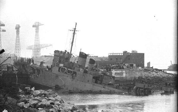 Поврежденный британский эсминец в доке Сан-Назер во Франции 28 марта 1942 года