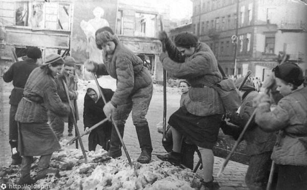 Девушки – бойцы МПВО за расчисткой и уборкой города, март 1943 года, Лиговский пр.