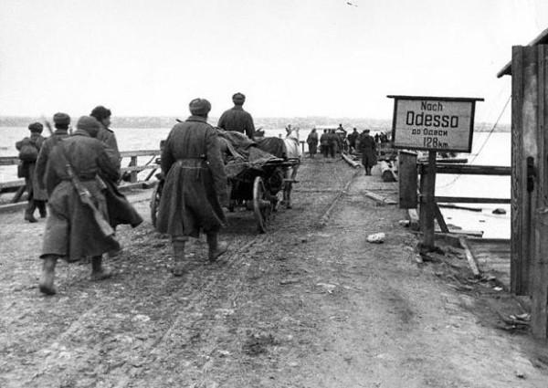 Одесская операция, 1944 год. Советские бойцы по мосту переправляются через реку