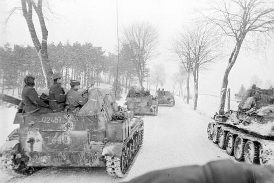 Самоходные установки по пути к месту боя в районе Гданьска, март 1945 года. 2-й Белорусский фронт