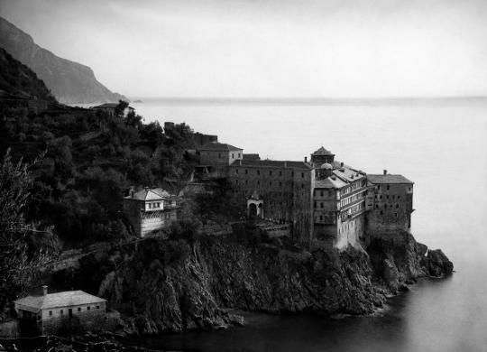 Григориат.  Иногда фотограф забирался в такие скалы, как на это снимке, что для знающих эти места снимок вызывает жалость и недоумение. Фото П.  Севастьянова, 1857 год