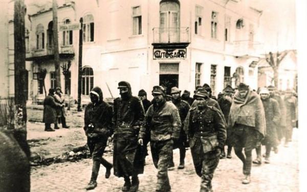 Немецкие и румынские военнопленные, взятые в плен Красной Армией 31 марта 1944 года на одной из улиц города Бельцы