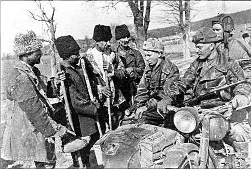 Передовая разведгруппа мотоциклистов-автоматчиков Красной Армии беседует с румынскими крестьянами. 1-й Украинский фронт, апрель 1944 года