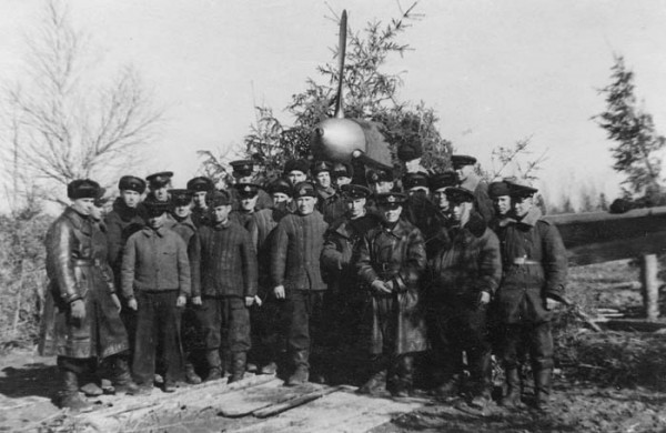 Аэродром Борки. Личный состав 2-й эскадрильи. Апрель 1943 года. Герой Советского Союза И.А. Каберов – третий слева в реглане