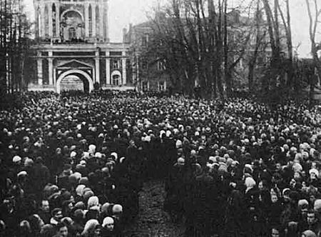 Толпы народы в Донском монастыре, пришедшие проститься со своим Патриархом