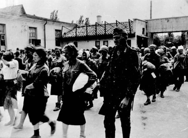 Советские женщины-солдаты, в лагере для военнопленных, апрель 1942 года, Симферополь