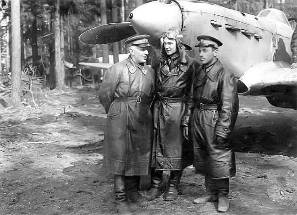 В апреле 1942 года за 233 боевых вылета, 59 воздушных боёв, 9 лично и 34 в группе сбитых самолёта противника Георгий Дмитриевич Костылев (в центре) был представлен к званию Героя Советского Союза