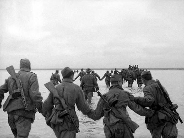 8 апреля 1944 года. Форсирование Сиваша. Фото А. Устинова