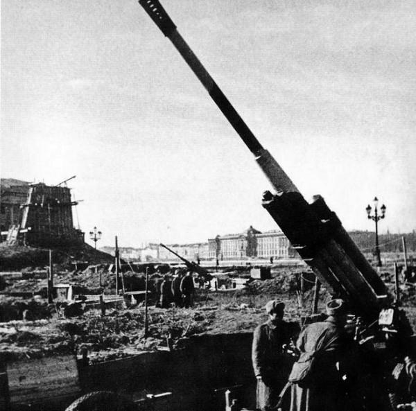 Батарея 85-мм зенитных орудий 52-К на площади Декабристов (Сенатская площадь) в Ленинграде. Апрель 1943 года